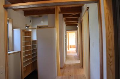 玄関よりリビングに続く廊下を見る (伏見の家)