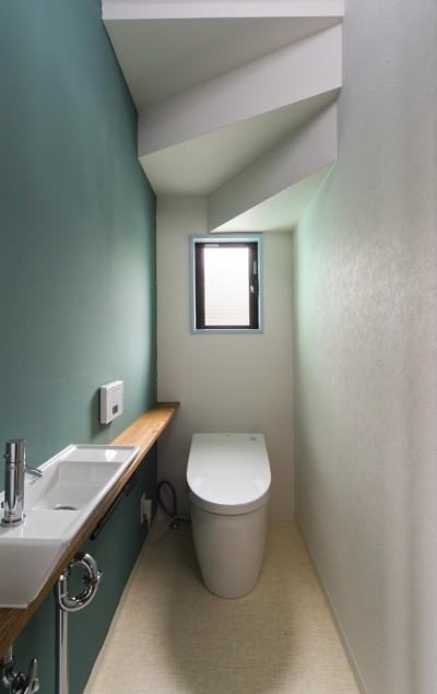 見せる柱、仕切る柱 (階段下にあるトイレ)