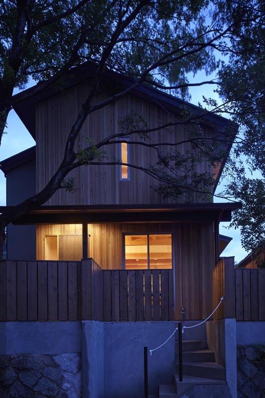 40年間、土地に育った大きな木と一緒に : 大樹のある山荘 (夕景)