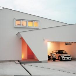 ゆったりLDKと明るい中庭 ガレージも備えた理想の家 (ユニークな外観)
