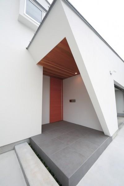 玄関 (ゆったりLDKと明るい中庭 ガレージも備えた理想の家)