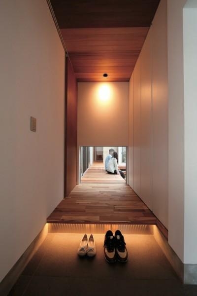 ゆったりLDKと明るい中庭 ガレージも備えた理想の家 (玄関ホール)