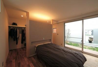 ゆったりLDKと明るい中庭 ガレージも備えた理想の家 (ご夫婦の主寝室)