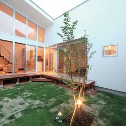 ゆったりLDKと明るい中庭 ガレージも備えた理想の家 (中庭)