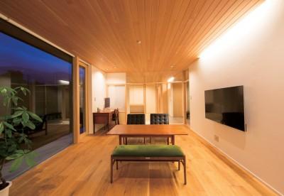 施主さんと建築士の感性が美しい大人の住まいを実現 (リビングダイニング)