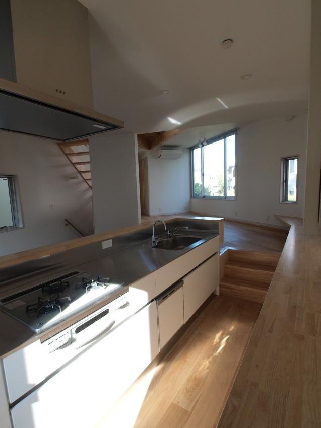 変形旗竿地に建つ半地下スキップフロアの家 (キッチン〜リビング)