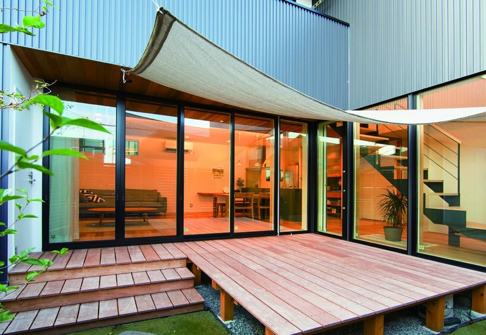 変形地を利用した間取りと中庭の配置で抜群の開放感 (中庭)