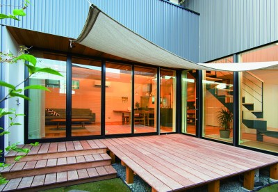 中庭 (変形地を利用した間取りと中庭の配置で抜群の開放感)