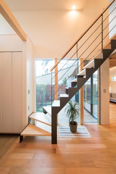 階段 (変形地を利用した間取りと中庭の配置で抜群の開放感)