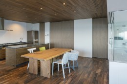 海沿いのマンション最上階のフルリノベーション (天井までの高さの引き込み戸)