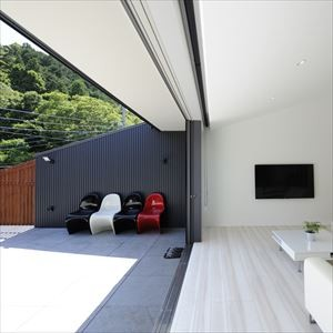 大開口窓から自然を楽しむ家 (一体感のあるテラスとリビング)