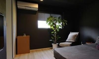 大開口窓から自然を楽しむ家 (寝室)