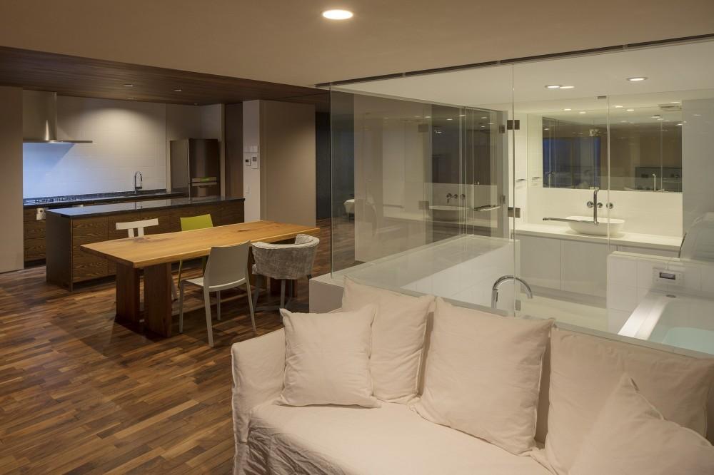 海沿いのマンション最上階のフルリノベーション (ガラス張りの浴室)