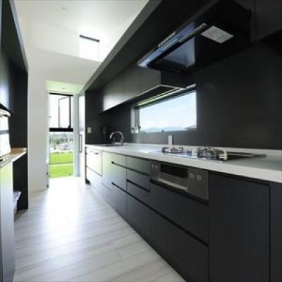 大開口窓から自然を楽しむ家 (モノクロなキッチン)