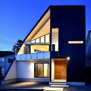 インパクトのある外観 (高台に臨む開放感あふれる家)