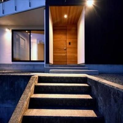 高台に臨む開放感あふれる家 (玄関アプローチ)