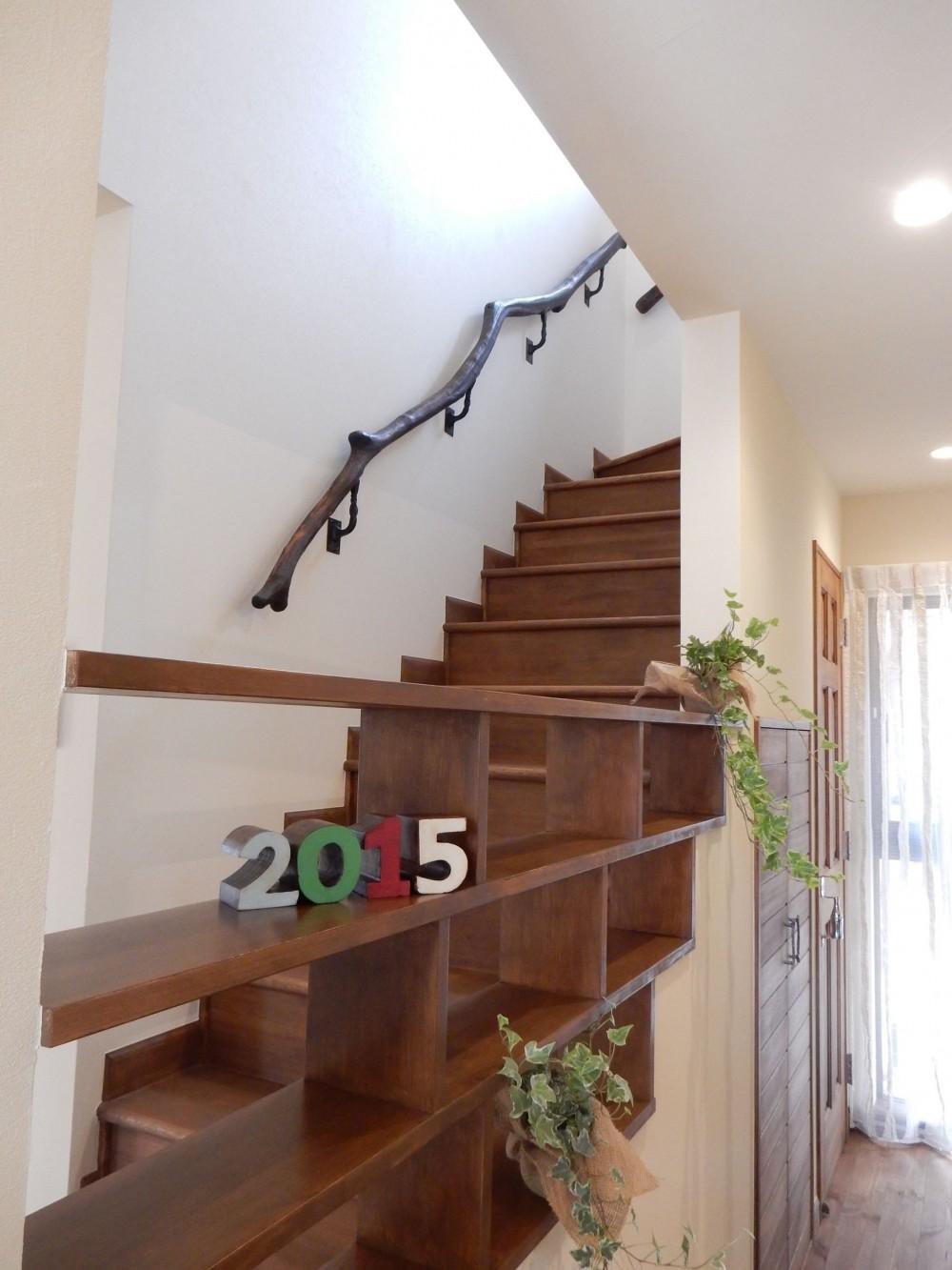 古材を蘇らせた光と風の片流れの家 (流木が美しい階段手摺、開放的な階段)