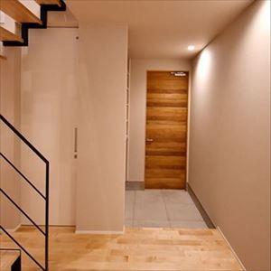 玄関事例:スッキリとしたエントランスホール(高台に臨む開放感あふれる家)