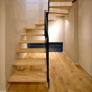 高台に臨む開放感あふれる家の写真 階段