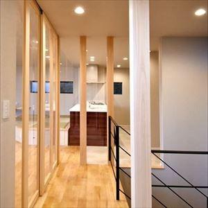 高台に臨む開放感あふれる家 (2階ホール)