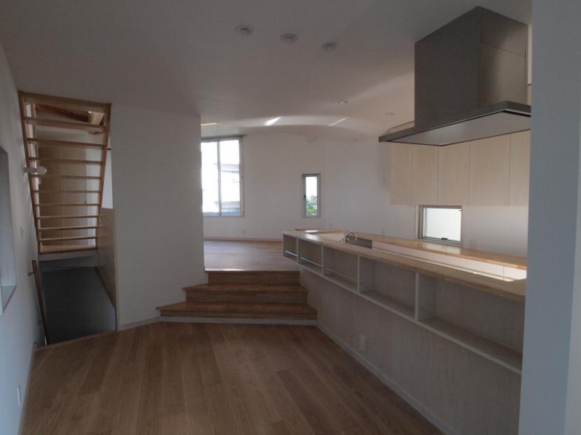 変形旗竿地に建つ半地下スキップフロアの家の写真 キッチン・ダイニングルーム
