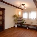 古材を蘇らせた光と風の片流れの家の写真 作り付けの家具や棚のあるリビング。