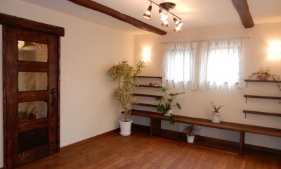 作り付けの家具や棚のあるリビング。|古材を蘇らせた光と風の片流れの家