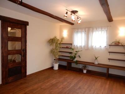 作り付けの家具や棚のあるリビング。 (古材を蘇らせた光と風の片流れの家)
