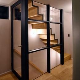 インパクトのある家 (スタイリッシュ階段)