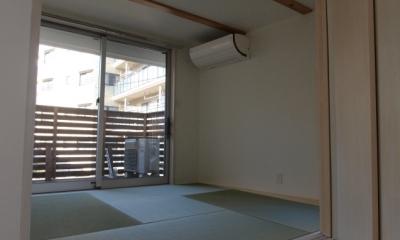 変形旗竿地に建つ半地下スキップフロアの家 (タタミの部屋)