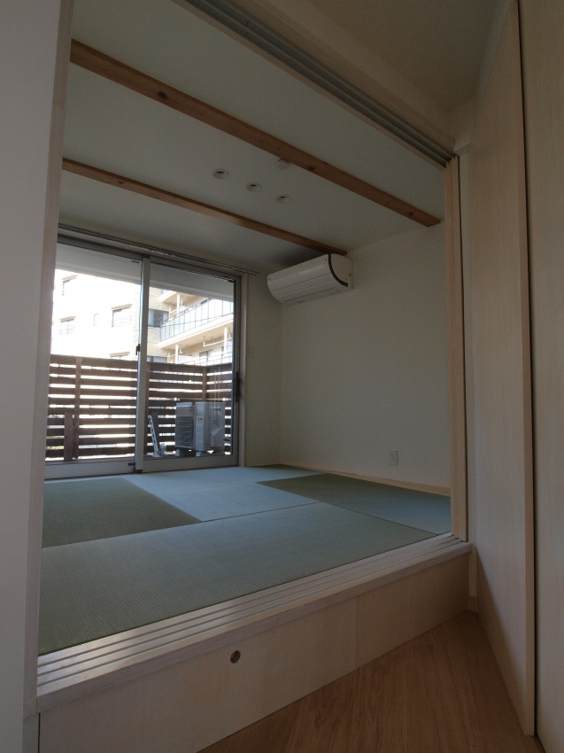 変形旗竿地に建つ半地下スキップフロアの家の写真 タタミの部屋