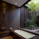 堺の週末住宅の写真 2階中庭に面した浴室