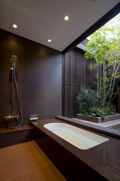 2階中庭に面した浴室 (堺の週末住宅)