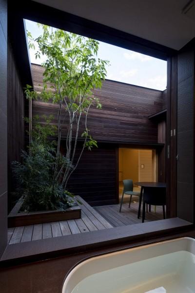 2階に面した浴室 (堺の週末住宅)