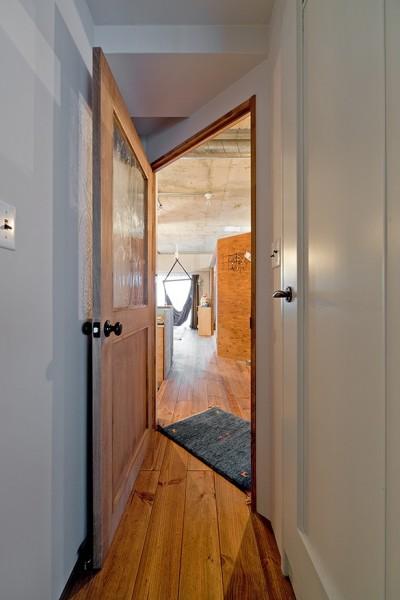 ツカズハナレズ (ナナメに付いたリビングへのドア)