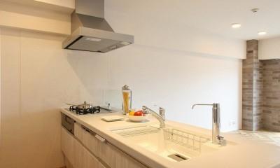 ヘリンボーンが美しい広々リフォーム (キッチン)
