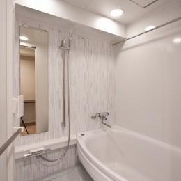 ヘリンボーンが美しい広々リフォーム (バスルーム)