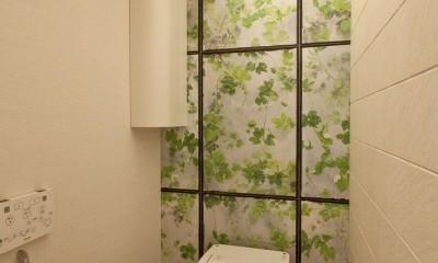 ヘリンボーンが美しい広々リフォーム (トイレ)