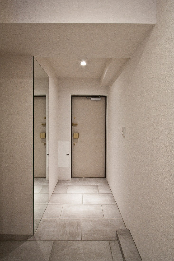 ヘリンボーンが美しい広々リフォーム (玄関)