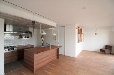 キッチンが中心の2LDK+書斎。料理が楽しくなるリノベーション (LDK)