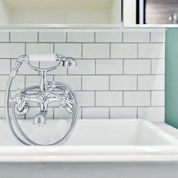 キッチンが中心の2LDK+書斎。料理が楽しくなるリノベーション (モルタル+タイルの洗面スペース)