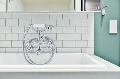 モルタル+タイルの洗面スペース (キッチンが中心の2LDK+書斎。料理が楽しくなるリノベーション)