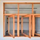 キッチンが中心の2LDK+書斎。料理が楽しくなるリノベーションの写真 回転式の室内窓