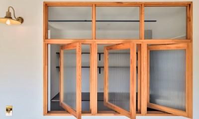 キッチンが中心の2LDK+書斎。料理が楽しくなるリノベーション (回転式の室内窓)