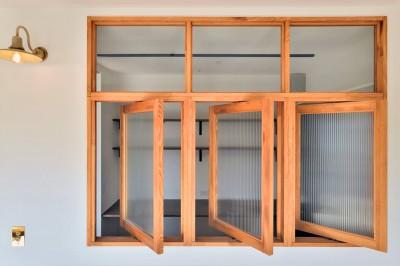 回転式の室内窓 (キッチンが中心の2LDK+書斎。料理が楽しくなるリノベーション)