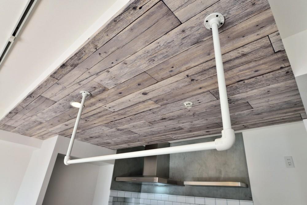 キッチンが中心の2LDK+書斎。料理が楽しくなるリノベーション (天井アクセントとアイアンの吊り収納)