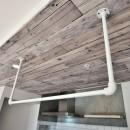 キッチンが中心の2LDK+書斎。料理が楽しくなるリノベーションの写真 天井アクセントとアイアンの吊り収納