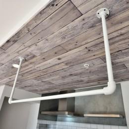 天井アクセントとアイアンの吊り収納 (キッチンが中心の2LDK+書斎。料理が楽しくなるリノベーション)