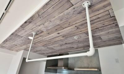 天井アクセントとアイアンの吊り収納|キッチンが中心の2LDK+書斎。料理が楽しくなるリノベーション