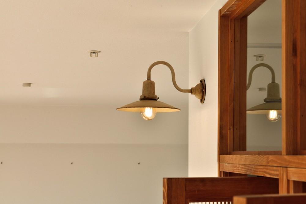キッチンが中心の2LDK+書斎。料理が楽しくなるリノベーション (アンティーク調のブラケットライト)